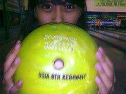 pilih bola sesuai ukuran tangan,,kbneran ukuran gw sesuai ama anak umur 8 taun kyny