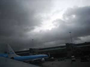itu diaaaa, Schiphol Amsterdam Airport... akhirnyaa bisa meluruskan kakii,, mari kitaa berjalan-jalaaan
