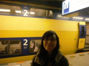 ini diaaaa,,train menuju Brussel Zuid udah dateeng,,inget kan di foto pertama, klo train kita bakal dateng di jalur 5 (lihat di bagian pojok kanan atas, ada tulisan jalur 5),,ternyata train yang bakal kita naikin ini tingkat dua, yeaayy!! :D
