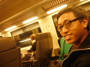 ini tampak dalamnya,, seat nya satu-satu,, cukup nyaman yaa keretanya :)