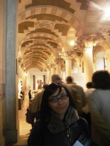 ini adalah salah satu lorong menuju tempat lukisan,, cantik yaaa,, sampai bangunannya pun cantik seperti lukisan :)