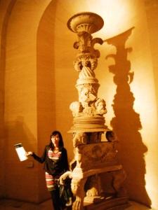 turun tangga, nemu patung aneh berimbah cahaya cantik.. melipir dulu buat foto :P