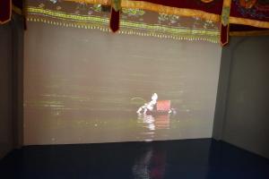 Ini waktu saya lagi nonton filmnya, lihat kan bonekanya bener-bener diatas air hihi lucu