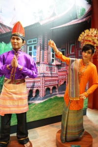 Patung orang Palembang, miripp banget sama orang beneran yaa