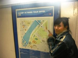 ada map,, jadi ga usah bingung kemana jalannya buat menuju si Eiffel,, tinggal baca map ajaa