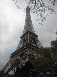 akhirnyaaa sampaii,,, foto ini diambil dari pingggiiiiiiirrrrr banget, belum sampe ke pelataran Eiffelnya,tapi si menarayag tinggi ini udah sangat terlihat, jadi sangat mudah sekali meemukannya