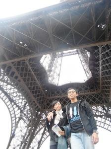karena kita tidak jadi naik keatas,, jadi foto-foto lagi dibawah si menara besi ini :P