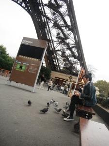 di pinggir Eiffel Tower ini ada tempat duduk-duduk yang dikelilingi burung-burung,, aah untungnya di tas saya ada sepotong roti,, jadi saya bisa berbagi dengan burung-burung lucu ini