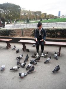 burung-burungnya jinak-jinak,, mereka mau aja mendekat,, bahkan ada yang mau makan langsung dari tangan saya dan hinggap di tangan saya,, super senang!! :D