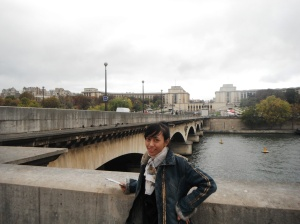 di bawah jembatannya ada kpahatan-pahatan menyerupai singa,, (*kayanya di foto ini kurang jelas pahatannya*)