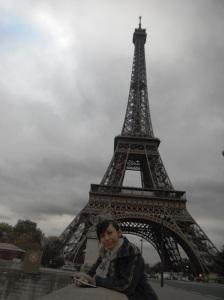 jembatan ini adalah lokasi yang bagus untu foto dengan Eiffel Tower
