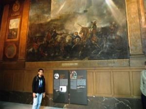 ada juga lukisan raksasa yang nyeritain peperangan di suatu jaman