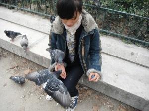 burung kedua dataaangg,, ikut mampir di tangan sayaaaa,, mihihihi dia termotivasi melihat burung pertama boleh makan langsung dari bungkusnya :P