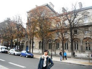 foto dulu di jalan depan Notre Dame sebelum pulang :D