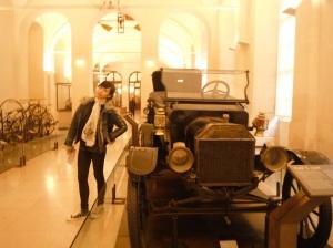 mobil antik yang sering kitalihat di dramakolosal ,, abaikan gaya saya yang seperti sedang encok