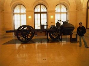 ini mobil antik yang kalo ga salah pake mesin uap,, kalo salah yaa pokonya ini antik :P