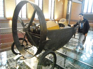 mobil antik ini mengakhiri jalan-jalan tidak sengaja kita ke Musée des Arts et Métiers :P