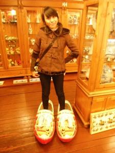 sepatu ini adalah sepatu khas sini,,
