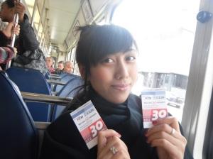 yang saya pegang ini adalah tiket tram (tiket ini ada waktunya)