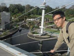 ini suamiku berdiri diatas jembatan layang
