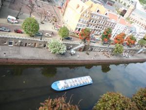 kanal, di kanan-kirinya bener-bener ada emandangannya, daaaaan yang paling okee adalah si kapalnya ini jalan loooohhh