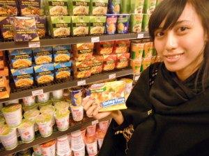 melipir laggi ke supermarket,, dan menemukan indomie =)) rasanya tapi agak anyeeh,, rasa udang?