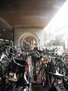 dan foto di belakang =)) memang ini foto niat sekali walaupun harus berkeliling demi foto dibelakang sepeda-sepeda ini