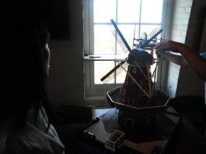 ini si mas-mas lagi ngejelasin lagi,, kalian liat kan di windmill ini ada kaya semacem balkonya gitu,, nanti kita dibolehin kesana katanya :D