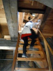 untuk naik ketas, kita ga bisa pake tangga normal karenamemang ga ada,, si pemandu bukain semacem kotak di atap yang simsalabim jadi tangga :P tapi naiknya bener2 harus hati2 karena ini tangga sungguh curam (diantara kami bertiga, tentus saja cumasaya yang ngabisin waktu lamadi tangga :P)