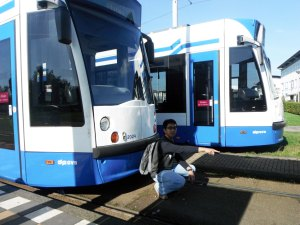 foto sang suami menunjuk nunjuk dimana saya harus berdiri dan memfoto dia dan tram ini mengakhiri tour Molen van Sloten