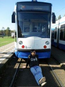 karena last stop,,jadi banyak tram pakrir dimari,,jadi si suami bisa bobo2an di depan tram *gak penting