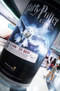 keluar MRT menuju The Shoppes nya udah banyak poster-poster si hedwig besar-besar