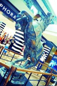 di depan Sepphora ada patung catur kuda yang pernah ada di cerita Harry Potter (ingat?)