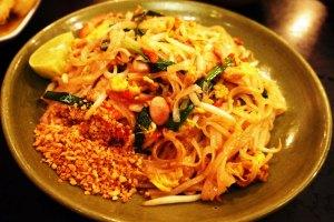 dan ini adalah makanan umum di thailand dan lumayan tenar,,yaitu pad thai (kwetiaw gorengnya thailand)