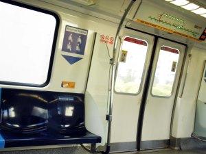 itu pintu MRT (yaiyalah ya).. itu tepat diatas pintu, ada lampu2 nyala2, lampu terakhir nandain stasiun pemberhentian selanjutnya, lampu yang nyala artinya staiun2yang bakal dilewati
