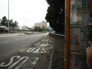 tempat nunggu bus aga aneh,, tulisannya ga segede2 kalo di singapur