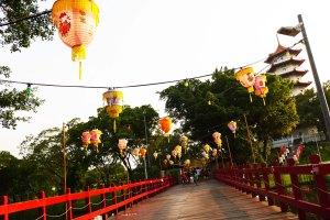 jembatan yang meriah dengan gantungan-gantungan lentera ini menyambut kedatangan kami sang putri dan pangeran :P