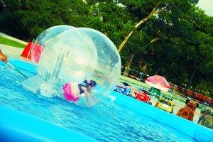 bola-bola air dengan anak orang sebagai modelnya huehuhe