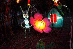 ini semut lagi bergaya sama bunga