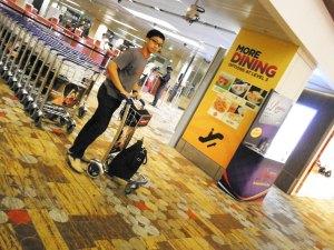 ambil troley dulu buat muterin changi airport nyari spot asyik :P