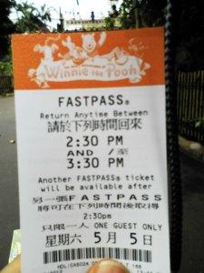 di fastpass nya ditulis kita boleh balik lagi di jam berapa,, nah di jam ini klo kita dateng,kita ga usah antri lagi dr awal tapi cukup masuk ke jalur fastpass
