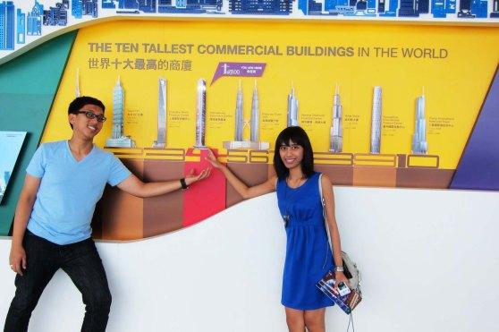 berdasarkan gambar ini,, sky 100 hongkong ini adalah gedung tertinggi urutan ke 4 di dunia
