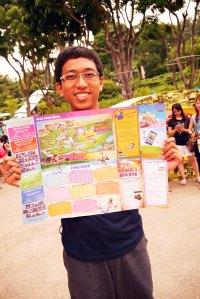 suami dengan peta dan jadwal busker festival