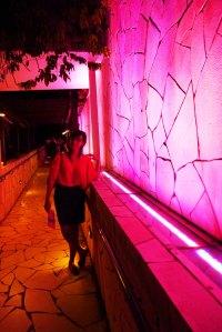 nunggu lampunya pink dulu biar matching sama baju difotonya :P