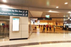 turun di Bayfront MRT station terus keluar ke exit B