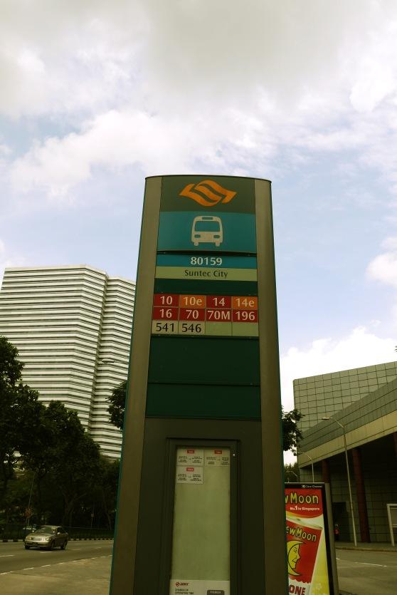 berentinya di bus stop Suntec City