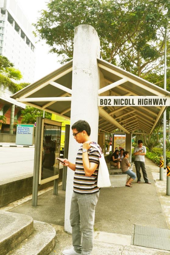 bus stop nya ada di Nicoll Highway