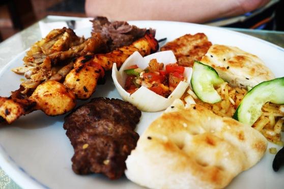 ini punyanya suami,, Chef Plate (S$19.90),, isinya berbagai macem daging ada disana,, cuma rotinya lebih sedikit dari punya saya :P