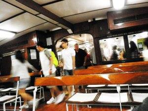ahirnya ferry pun datang,, tempat duduk dibagi dua bagian,,yang agak dalem kedepan dan yang di belakang,,(ini yang bagian depan)