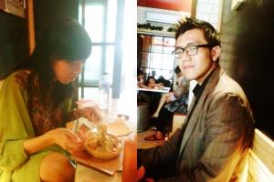 [kanan] si saya yang lagi asyik sama pasta enak[kiri] si ade yang lagi bergaya sebelom makan